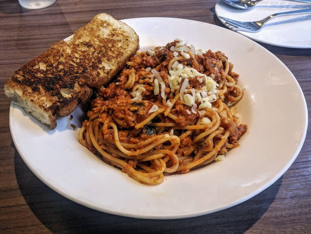 Spaghetti with garlic bread