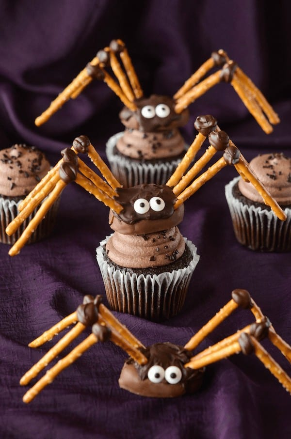 Easy and Spooky DIY Halloween chocolate and pretzel Spiders